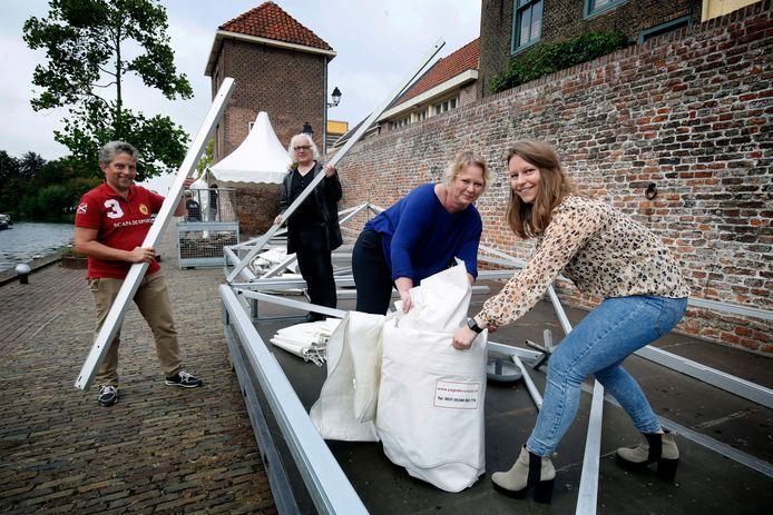 Organisatoren (vlnr) Detlev Bosboom, Tom van Campenhout, Lidia van Ingen en Fleur Potters op de Zuidwal.