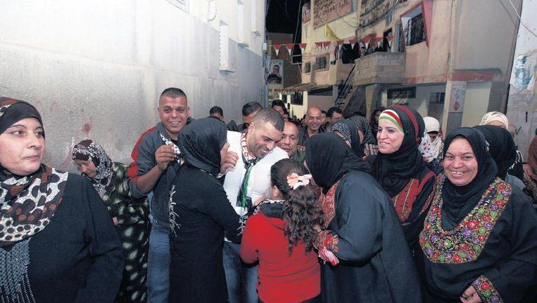 In het vluchtelingenkamp Jenin wordt een vrijgelaten Palestijn onthaald door bekenden. Beeld ap