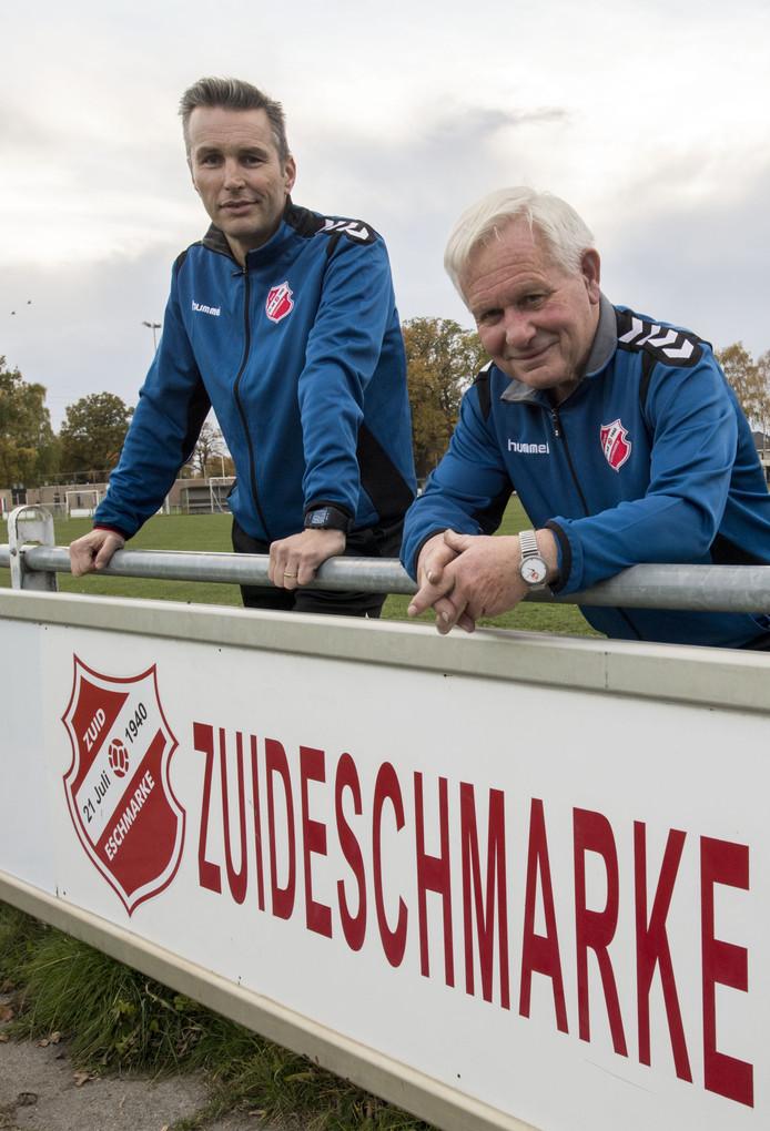 Bas Veenendaal (links), voorzitter voetbalclub Zuid Eschmarke en erelid Herman Veenendaal.