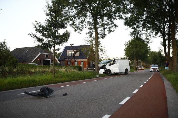 Een bestelbusje botste woensdagavond op de Doornweg tussen Hasselt en Zwolle tegen een boom.
