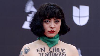 Chileense zangeres gaat topless op rode loper uit protest