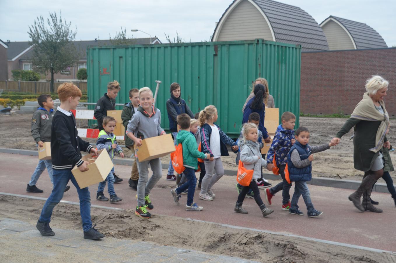 Op de woensdag voor de herfstvakantie verhuisden de leerlingen nog vol goede moed hun spulletjes naar Het Kansenrijk, de nieuwe brede school in Hoven. Vrijdag deden ze het dunnetjes over.