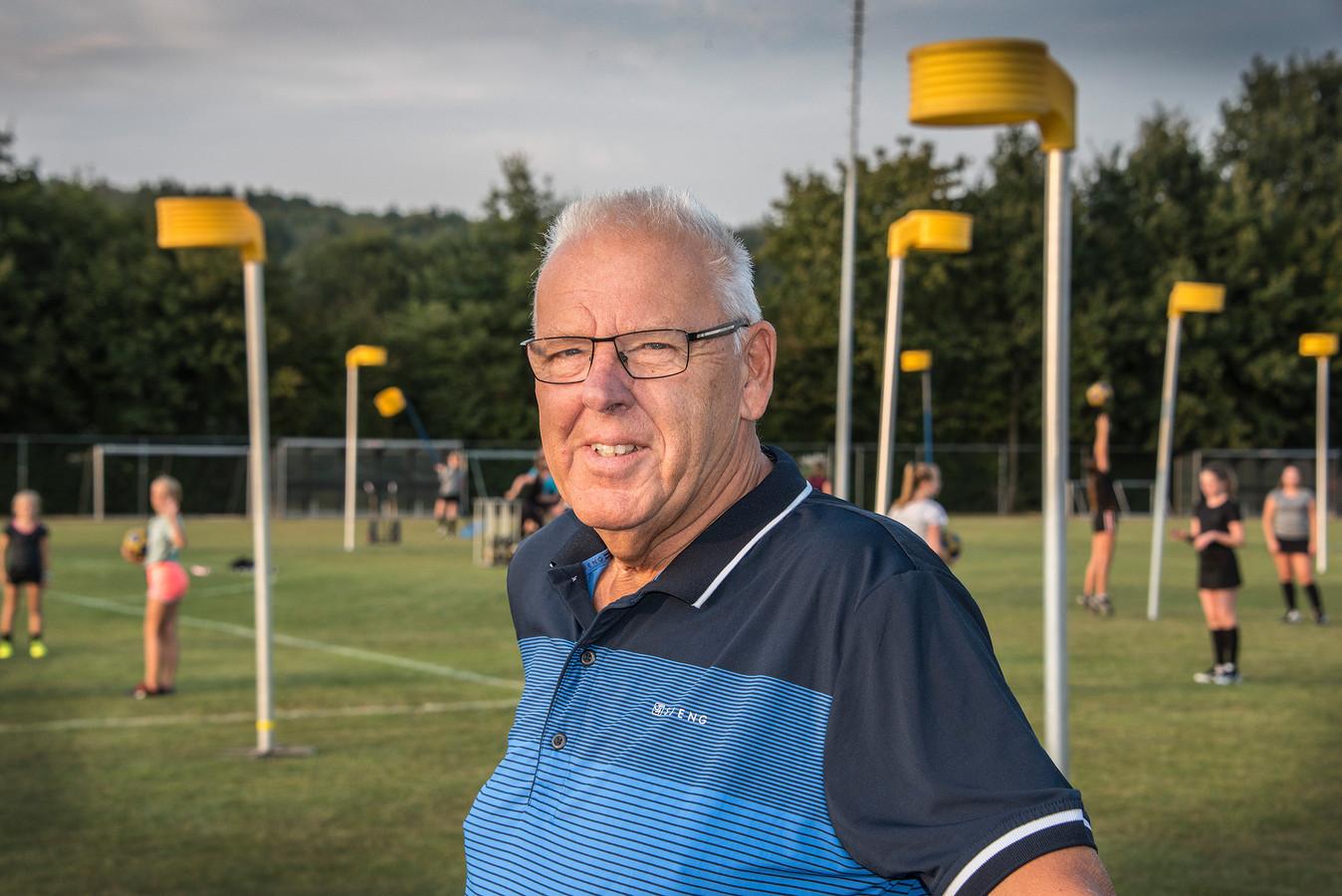 Johnny Vervoort is terug bij de korfbalsters van SPES.
