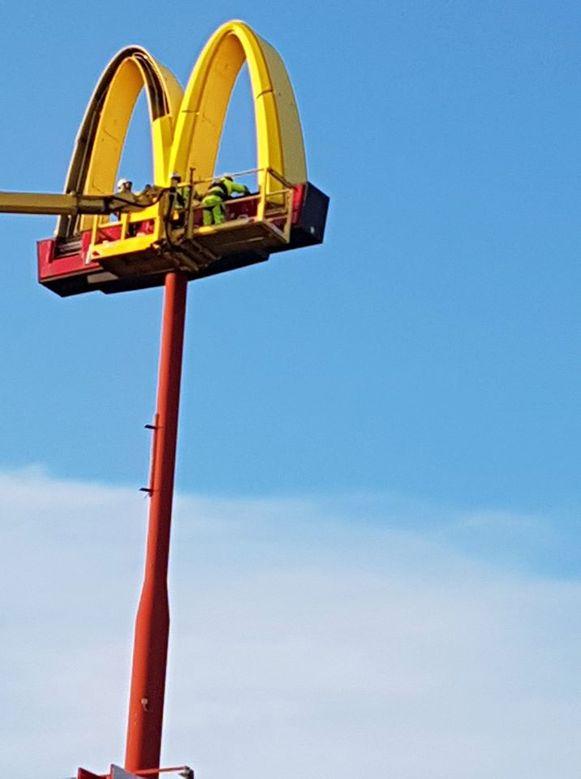 De monteurs van het Lokerse licht- en gevelreclamebedrijf Publilux verwijderden het iconische logo van de 35 meter hoge pyloon.