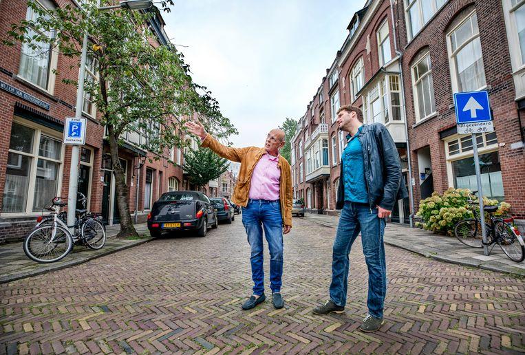 Jacob Snijders (links) van wijkberaad Bezuidenhout. Beeld Raymond Rutting / de Volkskrant