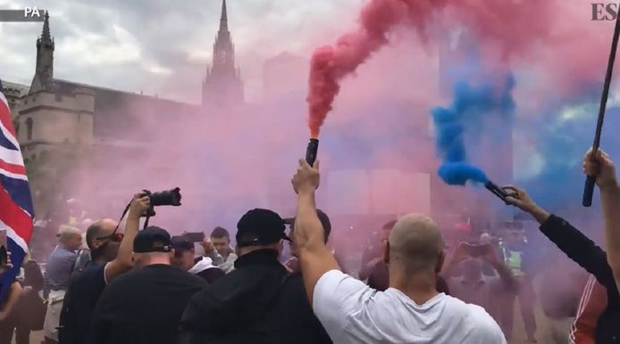 Brexit-voorstanders met fakkels in de kleuren van de Britse vlag.
