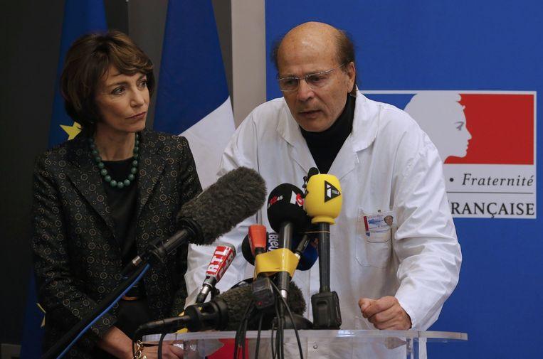 De Franse minister voor Volksgezondheid Marisol Touraine (links) en een neuroloog van het ziekenhuis waar de zieke proefpersonen zijn opgenomen, gaven vrijdag een persconferentie. Beeld reuters