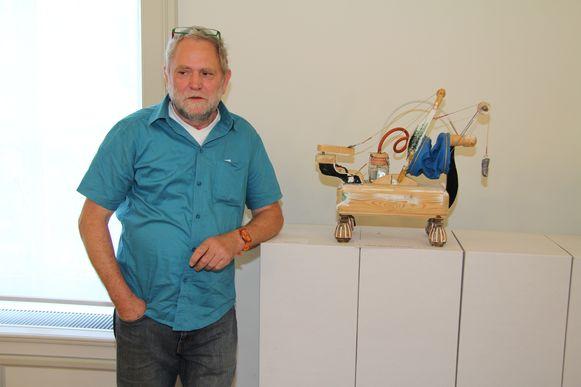 Kunstenaar Zjos Meyvis organiseert de kunstenaarsmarkt.