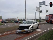 Auto's zwaar beschadigd na botsing op viaduct bij A15