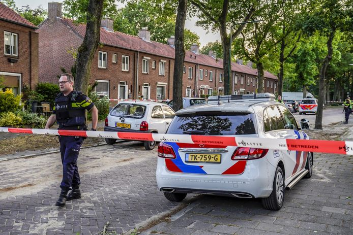 De Karel Doormanstraat werd na de schietpartij zaterdagavond urenlang afgezet.