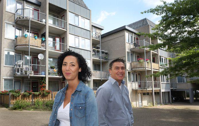 Rabia Elmarchouhi en Pierre Saraber bij de woningen in de Culemborgse binnenstad, die helemaal gerenoveerd worden.