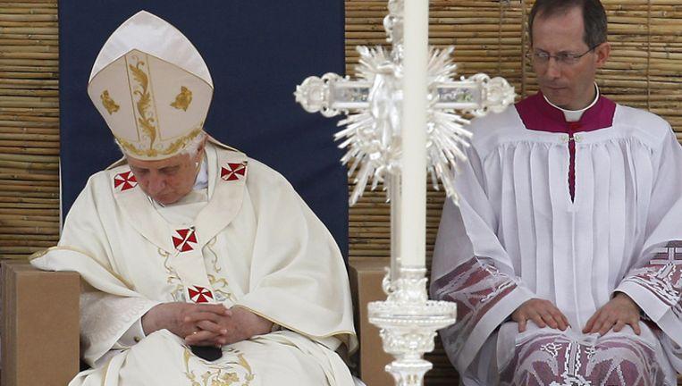 Paus viel even in slaap tijdens de mis op Malta.