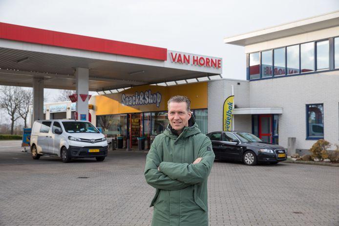 Eigenaar Roel van Horne van het gelijknamige tankstation in Budel. Hij runt ook een pompstation aan de andere kant van de grens, in Hamont-Achel.