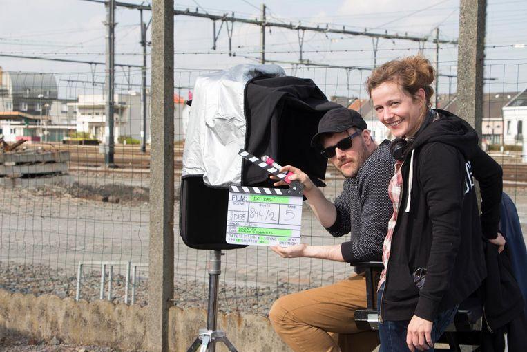 Regisseur Dries Vos en auteur Julie Mahieu op de set in Denderleeuw.