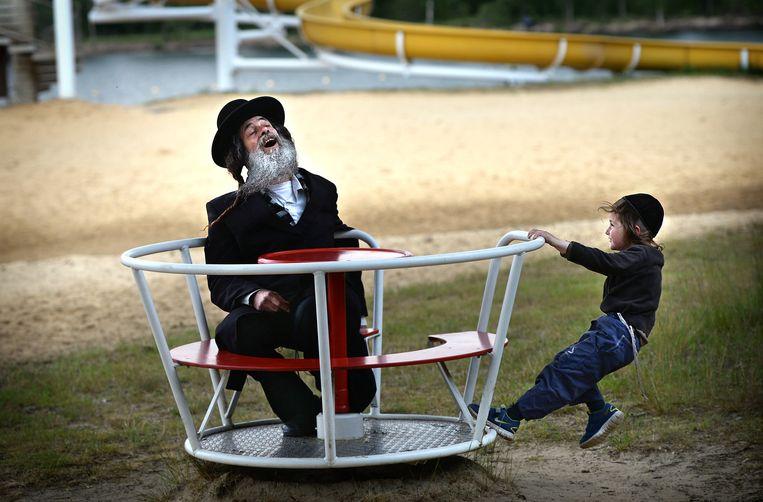 Volgelingen van Eliezer Berland in een Limburgs vakantiepark. Beeld Marcel van den Bergh / de Volkskrant