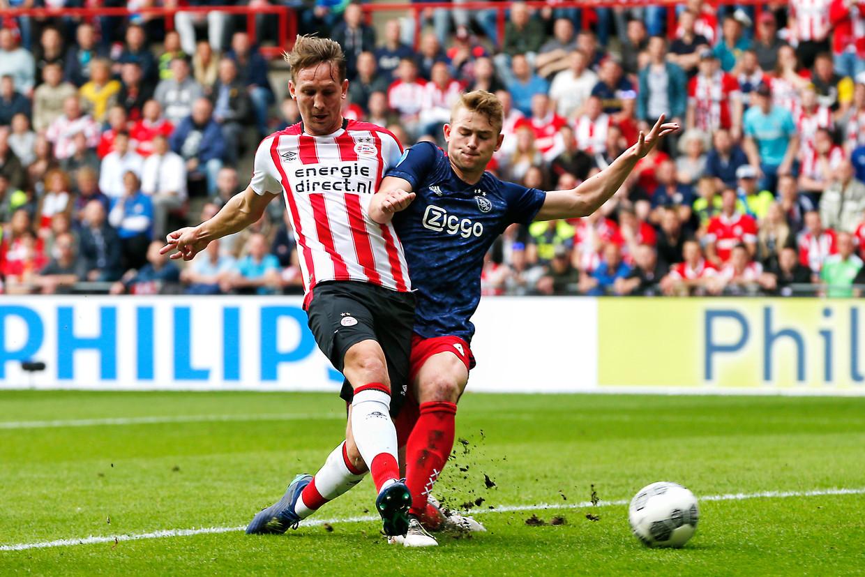 Luuk de Jong (L) in duel met Matthijs de Ligt (R). Beeld Thomas Bakker