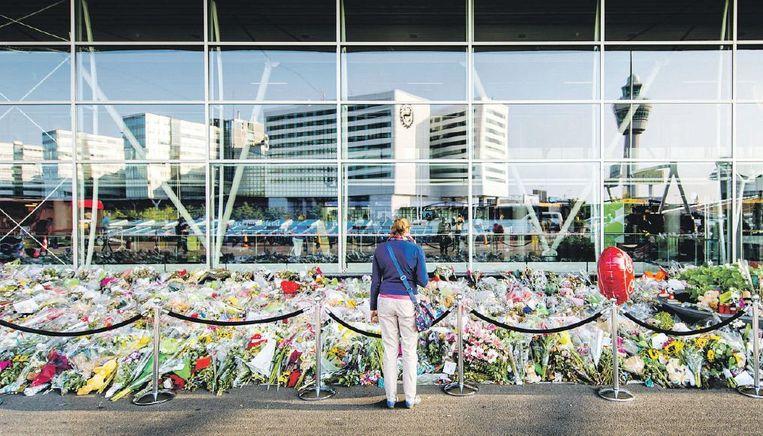 Bloemenzee op Schiphol voor de slachtoffers van vlucht MH17. Beeld anp