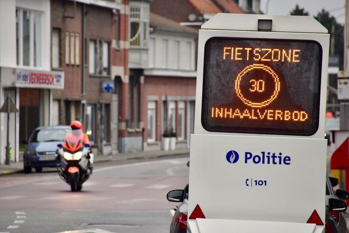 Een digitaal infobord van de politie vestigt extra de aandacht op de fietszone in het centrum van Sint-Eloois-Winkel. Straks is het infobord ook de te zien in de dorpskernen van Rollegem-Kapelle en Ledegem.