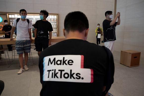 Een man met een t-shirt van TikTok in een Applewinkel.