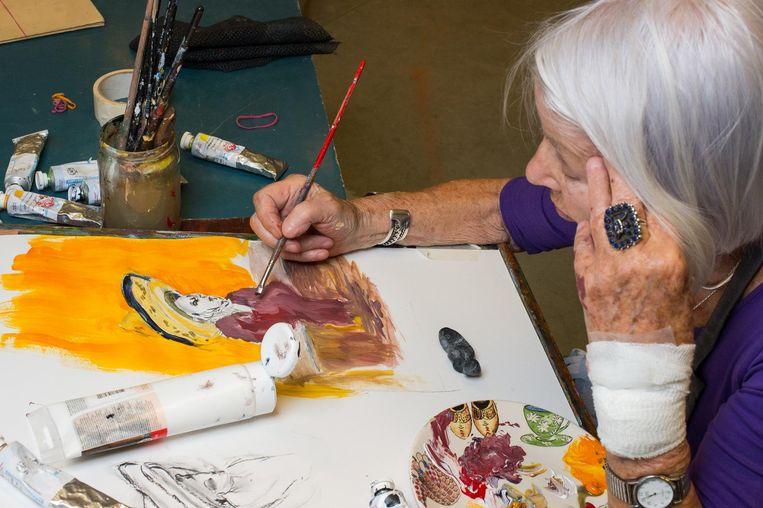 Mieneke Ubbink (87), al zes jaar Zondagsschilder, kreunt: 'Ik krijg dat trieste snoetje nooit meer goed.' Beeld Mats van Soolingen