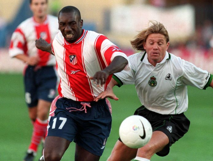 Jimmy Floyd Hasselbaink namens Atlético Madrid in actie tegen Racing Santander in 1999.