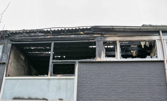 De schade aan de uitgebrande woning aan de Sibeliusstraat in Tilburg is bij daglicht goed te zien