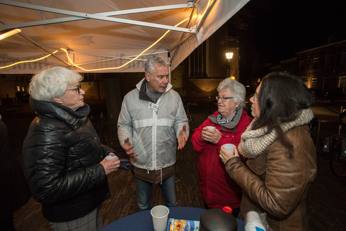 De BuurTent is woensdag opgezet aan het 's Gravenhof in Zutphen. Anton de Ronde (tweede van links) praat met belangstellenden.
