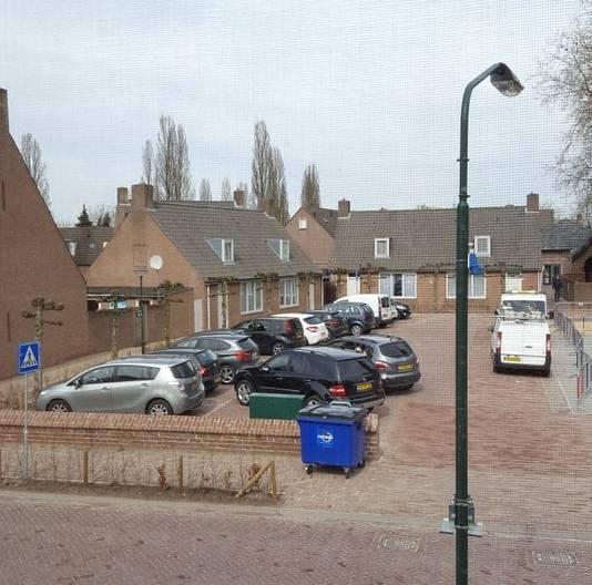 Volgens omwonenden staat het pleintje naast de school regelmatig vol met auto's. Volgens het college kwam dat deels omdat de werkzaamheden nog niet klaar waren.