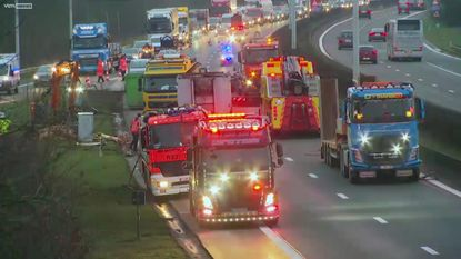Vrachtwagen met slachtafval kantelt op E314