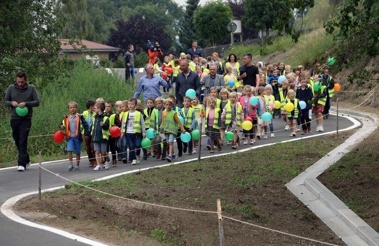 De kinderen van Toermalijn verkenden het nieuwe fietspad te voet.
