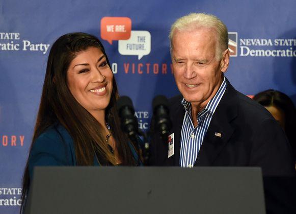 Lucy Flores (links) en Joe Biden (rechts).