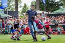 Robin van Persie trapt een balletje mee tijdens het naar hem genoemde jeugdtoernooi van VDL in Maassluis.
