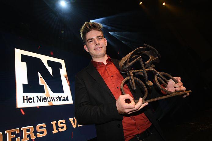 Wout van Aert met zijn trofee.
