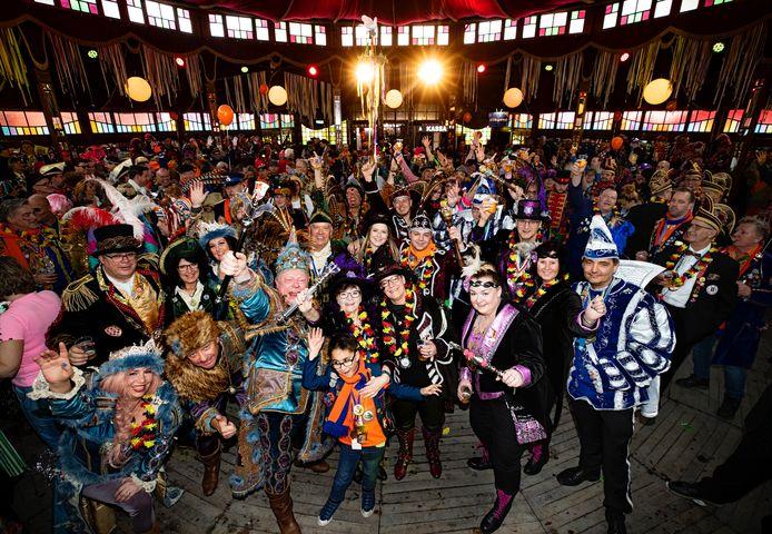 11 prinsen uit Lampegat Eindhoven gingen carnavalsdinsdag 2020 op de foto in De Salong op het Wilhelminaplein. Natuurlijk ook met Ludovieckus, de stadsprins (derde van links op de eerste rij).