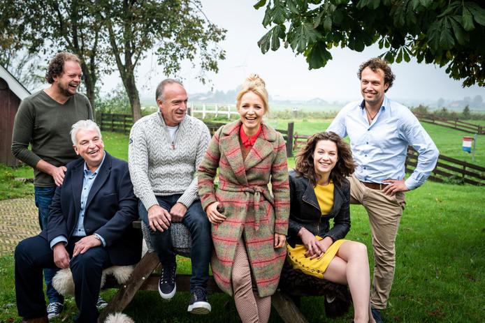 De boeren die Yvon Jaspers (midden) volgt. Van links naar rechts: Jan, Geert Jan, Geert, Annemiek en Bastiaan.