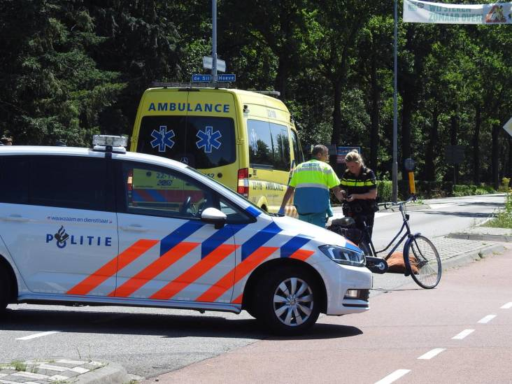 Fietsster gewond na aanrijding met auto in Valkenwaard