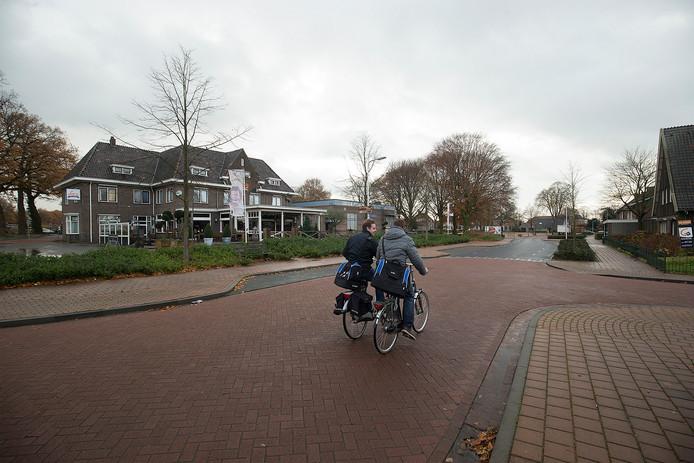 De Lievelderweg in Lievelde. Links Loco eten en drinken, het voormalige hotel Reijrink. foto Theo Kock