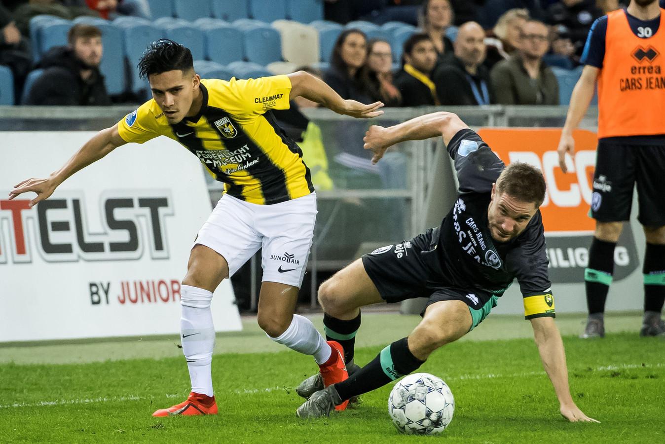 Navarone Foor in duel met Aaron Meijers van ADO Den Haag.