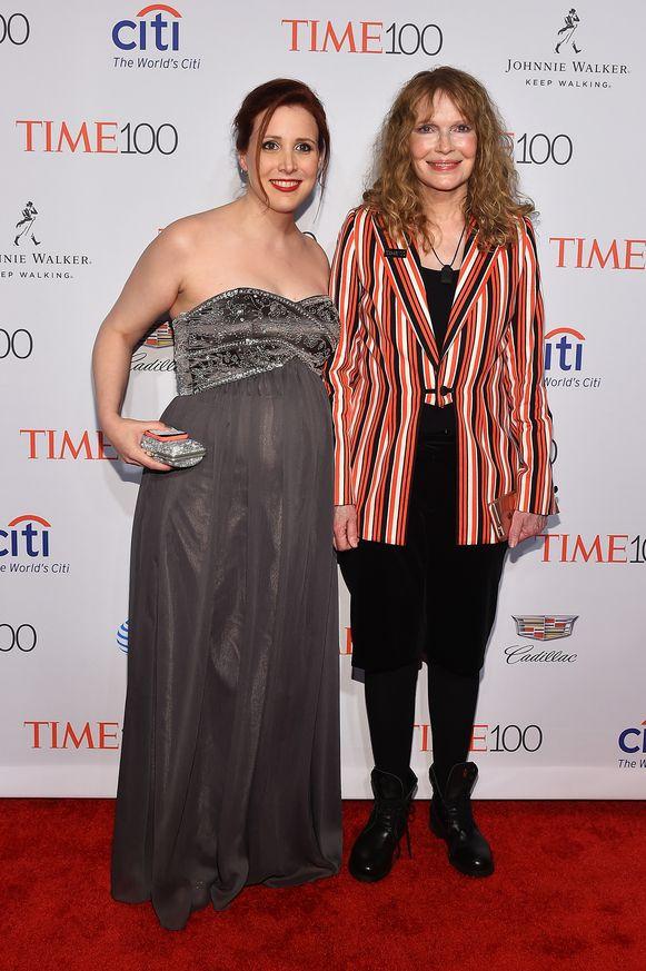Mia Farrow en dochter Dylan. Zij beschuldigen Woody Allen van kindermisbruik.