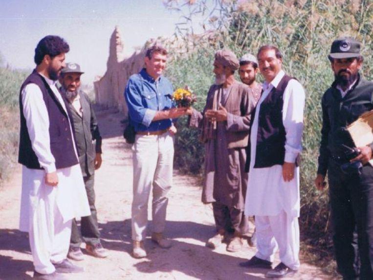 Ian Mansfield krijgt bloemen van een Afghaanse boer wiens land hij met zijn team mijnenvrij heeft gemaakt.