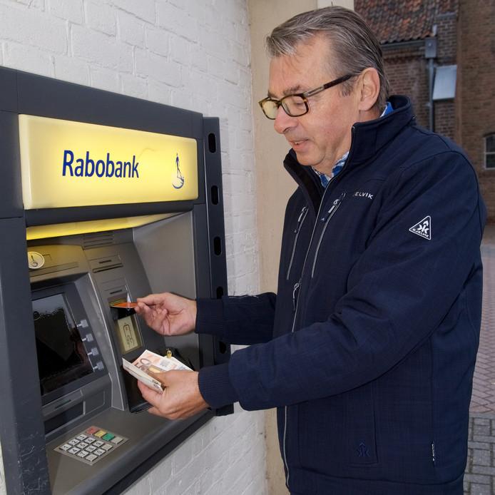 Voorzitter Ruud de Jong van Plaatselijk Belang Kloosterhaar kan nu nog geld pinnen bij de automaat van de Rabobank.