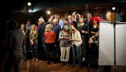 Artiesten in de studio voor de opnames van Het Koningslied.