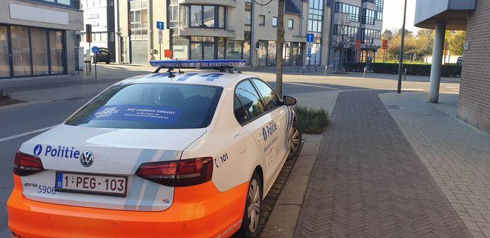 Een politievoertuig aan het rouwcentrum.