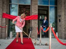 Burgemeester poetst rode loper nieuwbouw gemeentehuis Elst