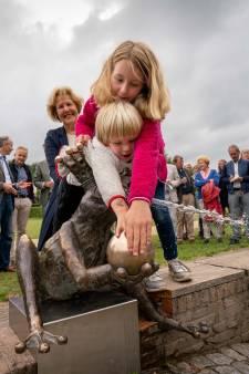 Emoties bij onthulling kikker van Watermuseum in Arnhem