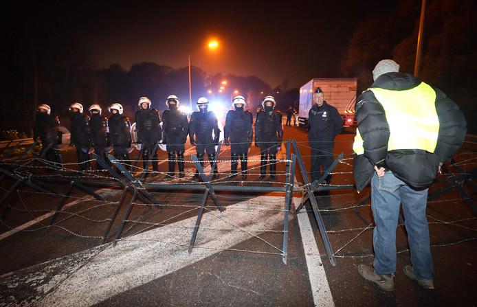 De politie verjoeg de 'gele hesjes' op 22 november, na een reeks gewelddadige incidenten, uit Feluy. De betogers blokkeerden er afrit 20 van de snelweg E19. Daarna weken ze uit naar het distributiecentrum in Houdeng.