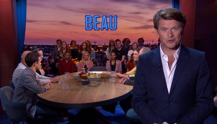 Beau presenteert zijn nieuwe tafel.