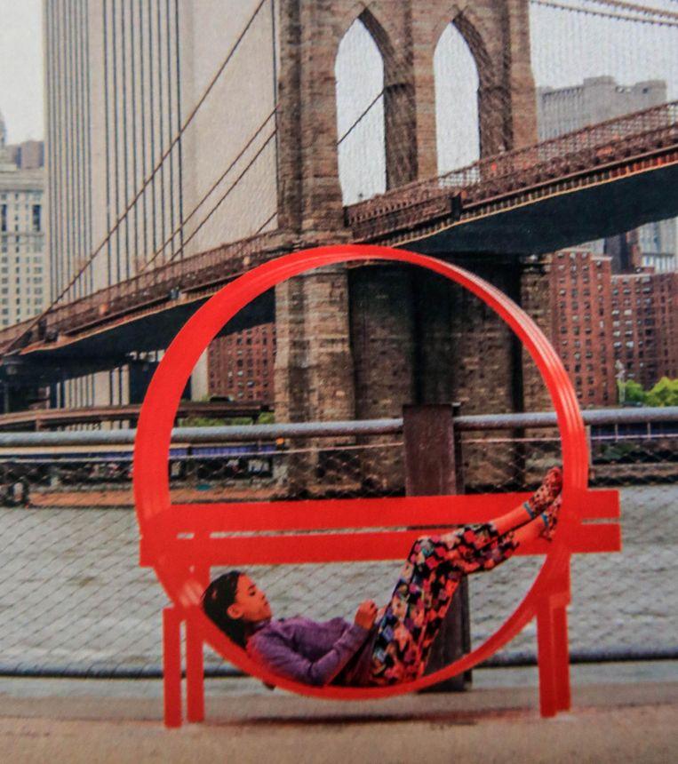 Deze zitbank staat nu nog aan de Brooklyn Bridge in New York, maar komt straks naar Kortrijk.