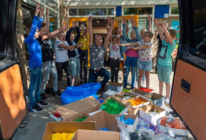 René Blok (midden) hier eerder dit jaar in actie, als hij doppen inzamelt bij jenaplanschool `t Hoge Land in Epe.