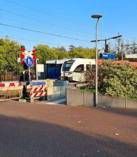 Jongeren die mondkapje weigeren bespugen conducteur in trein naar Duiven: vijf arrestaties